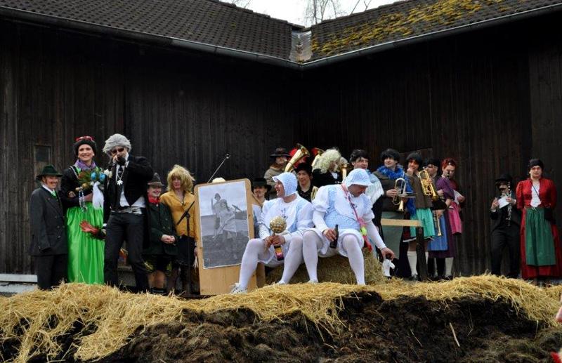 Traditionelle Brauchtumspflege: Bedlhochzeit des Burschenvereins Valley,2014 in Valley