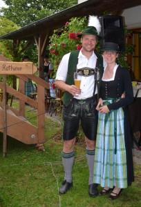 Trachtenvereinsmitglieder der Schloßbergler Valley beim Pfarrfest